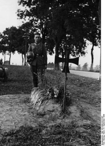 Prop.Kp.Nr. 689  Archiv-Nr.: B49/7a.3a vor Crone   6.9.1939 Soldatengrab vor Crone. Eines der ersten Opfer des deutschen Vormarsches in Polen. Am Wegesrand liegt das Grab eines deutschen Pioniers, der am 2. September für Führer und Volks sein Leben liess. Bildberichter: Boesig Fr. OKW Freigegeben Hauptreferat Bildpresse