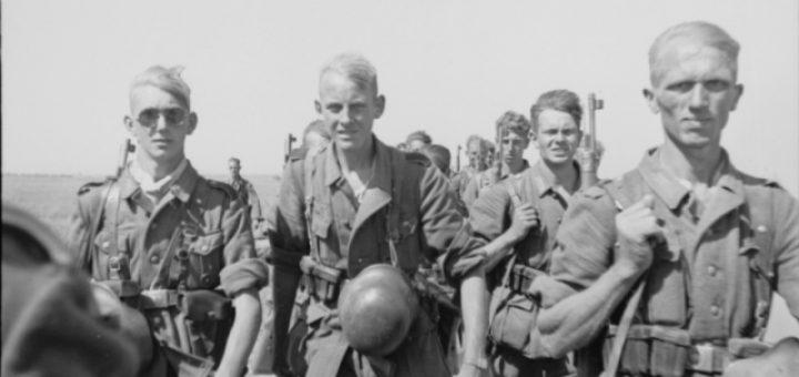 Archivtitel: Sowjetunion-Süd.- Gruppe von Soldaten (Infanteristen) mit geschulterten Gewehren und Stahlhelmen am Koppel auf dem Marsch, u.a. Soldat mit Sonnenbrille; PK 694 Datierung: 1942 August - September Fotograf: Klintzsch